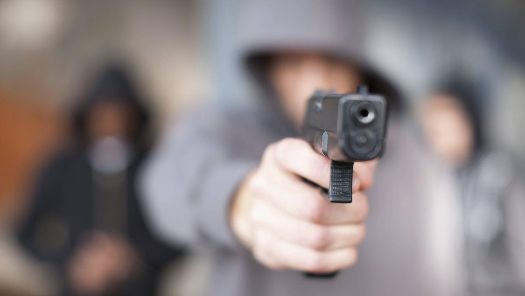 Der Unbekannte bedrohte einen Velofahrer mit einer Pistole. (Symbolbild)