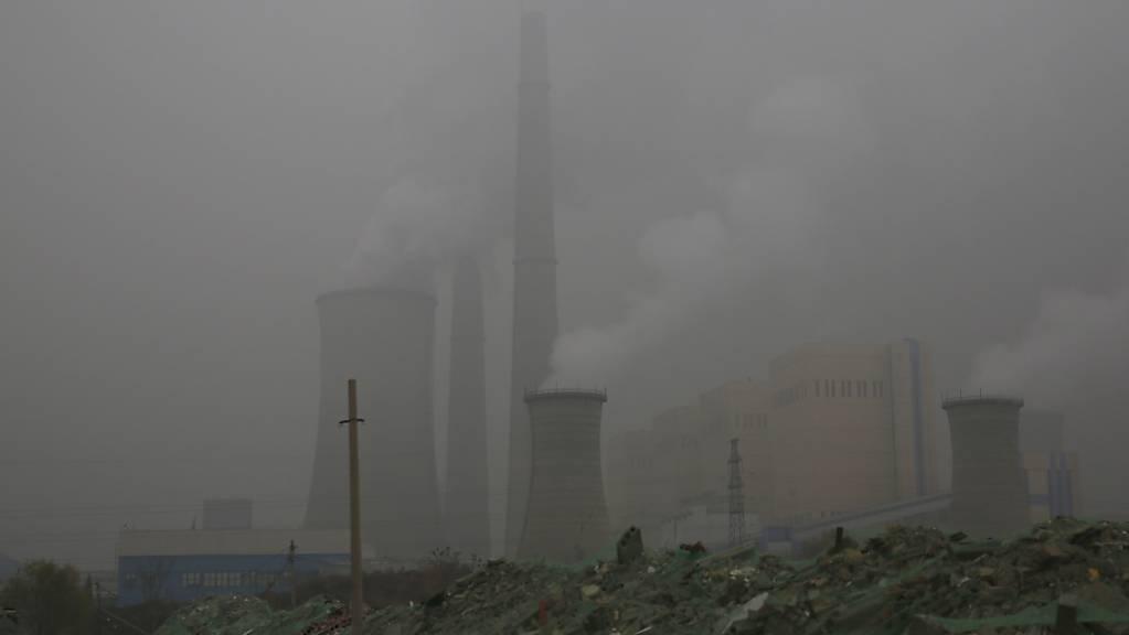 Ein Kraftwerk in der chinesischen Hauptstadt Bejing. Die CO2-Zertifikate dienen der Verbesserung der Klimabilanz von Unternehmen. Künftig dürfen die Firmen auch in China mit den Zertifikaten handeln. (Archivbild)