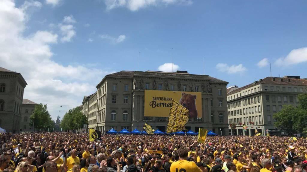 Erster YB-Meistertitel seit 32 Jahren: Die Feier auf dem Bundesplatz ist erst der Auftakt zu einem Volksfest, das bis in die frühen Morgenstunden des Pfingstmontag dauern wird.