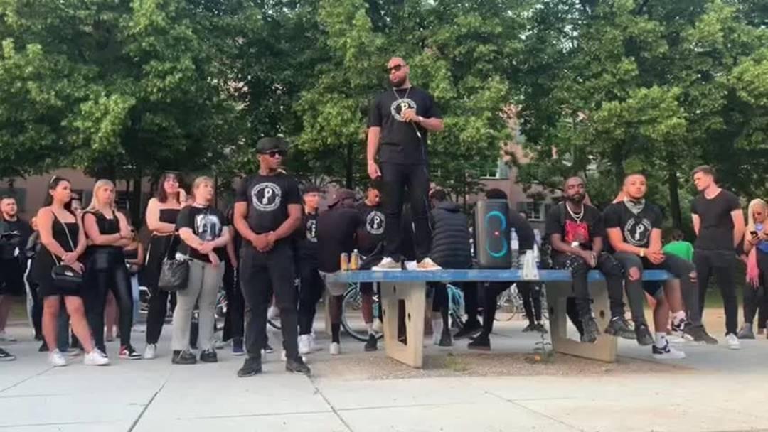 Die Gruppe Paperchase Entertainment organisierte die friedliche Kundgebung auf der Josefwiese.