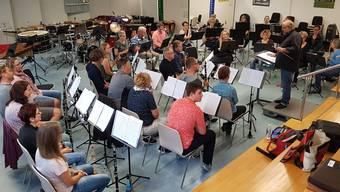 Die Holzbläser studieren die Grundlagen des Galaprogramms mit Musikkommissionsmitglied Thomas Trachsel ein.