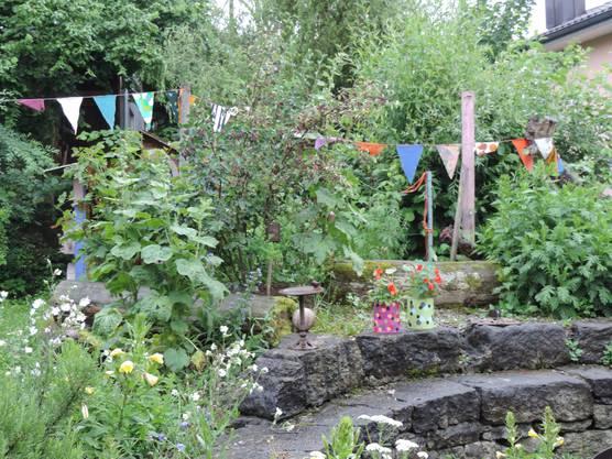 Ein Garten mit vielen einheimischen Pflanzen und Steinen bietet Lebensraum für viele Insekten, Schmetterlinge und Reptilien.