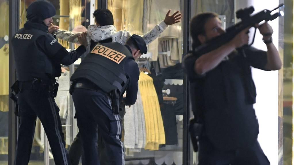 ARCHIV - Schwerbewaffnete Polizisten kontrollieren in der Wiener Innenstadt eine Person. Ein Beamter hat sein Gewehr im Anschlag. Nach den blutigen Anschlägen in Wien, Nizza und Dresden will die EU-Kommission den Kampf gegen den Terror in Europa forcieren. Foto: Roland Schlager/APA/dpa