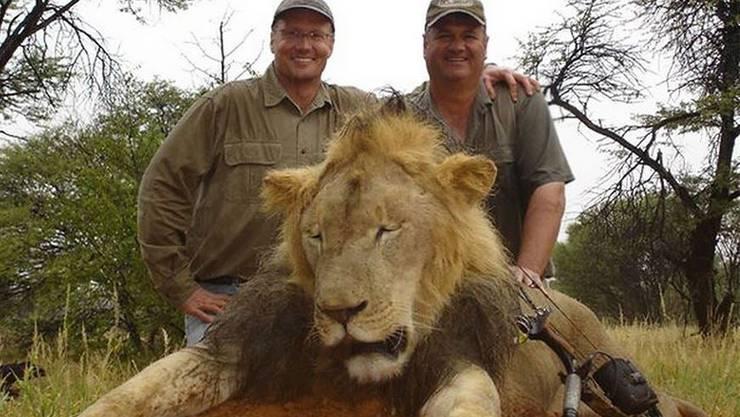 Abschuss in Afrika: Mit Bildern wie diesen prahlen Menschen in den sozialen Medien damit, Tiere erlegt zu haben. (Symbolbild: Facebook)