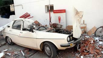 Beschädigtes Auto nach dem Beben in der türkischen Stadt Mugla