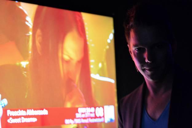 Moderator Sven Epiney schaut sich den Auftritt von Freschta am Monitor an