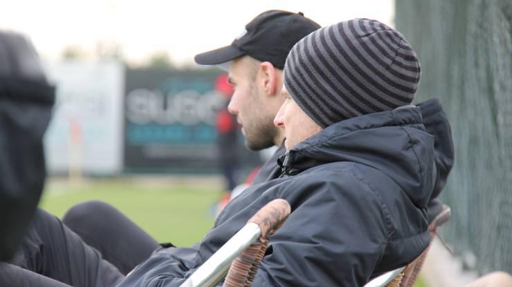Konditionstrainer Reto Jäggi (r.) und Physiotherapeut Marco Dobler beobachten die Partie