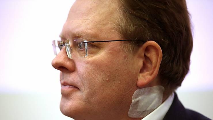 Der Bürgermeister von Altena in Nordrhein-Westfalen, Andreas Hollstein von der CDU, wir immer wieder wegen seiner Flüchtlingspolitik attackiert, am Montagabend mit einem Messer.