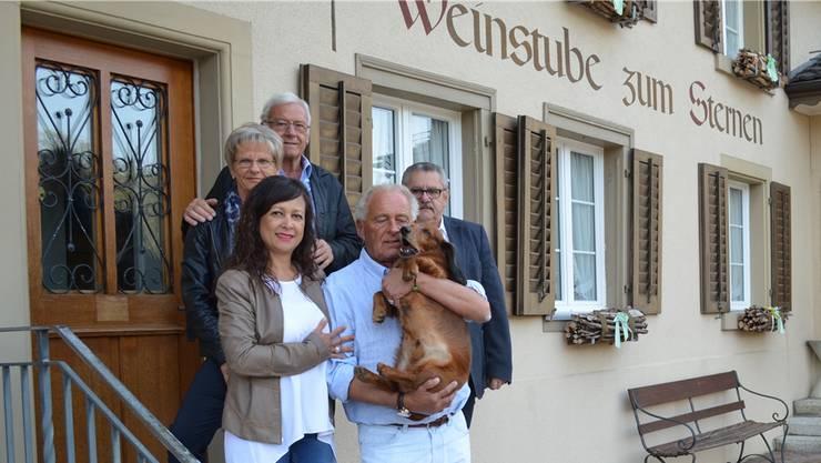 Der neue «Sternen»-Wirt Ueli Eichenberger (vorne mit Hund Lupo) posiert mit Lebenspartnerin Claudia, Inhaber Heinz Bader (rechts hinten) und den früheren Wirtsleuten Heidi und Emil Dätwiler. Irene Hung-König