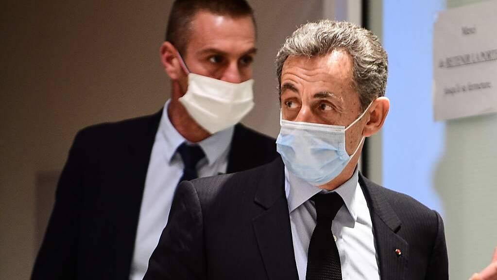 Nicolas Sarkozy (r), ehemaliger Präsident von Frankreich, verlässt nach einer Anhörung das Gerichtsgebäude. Foto: Martin Bureau/AFP/dpa