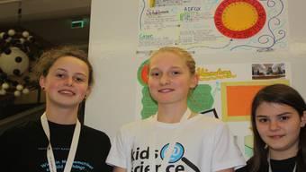 Drei Baslerinnen: Lisa (links) und Fiona (rechts) haben in MatheVerschlüsselungen gelernt, Ladina (Mitte) hat diegirls@science-Woche mit chemischen Experimenten verbracht.