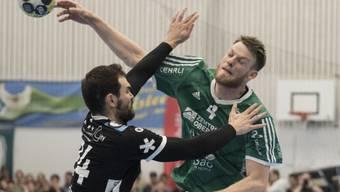 Zu viel Durchschlagskraft: Thuns Lenny Rubin (re.) lässt sich Winterthurs Michal Svajlen nicht aufhalten