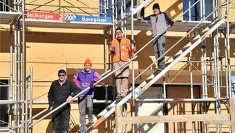 Von links: Ruedi Burgermeister, Martin Orschel, Edi Balmer und Andreas Buchacher helfen im luzernischen Romoos auf einem Hof bei der Sanierung mit. cbb