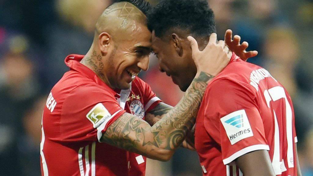 Bayerns Arturo Vidal (links) freut sich mit David Alaba über das 1:0 gegen Gladbach
