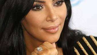 Ob Kim Kardashian ihren millionenschweren Diamantring (Bild) wiederbekommt? Eineinhalb Jahre nach dem Raubüberfall auf sie hat die französische Polizei diese Woche den zehnten Verdächtigen festgenommen. (Archivbild)