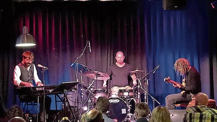 Live in Concert: Hendrix Cousins Trio im September im Bluus Club Baden.