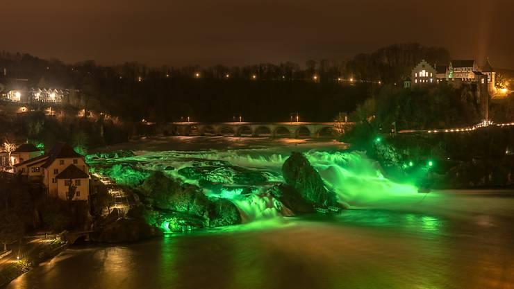 Der Rheinfall wird am irischen Nationalfeiertag wieder grün ausgeleuchtet - wie viele andere Sehenswürdigkeiten weltweit. (Archivbild)
