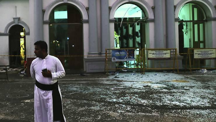 Bild der Zerstörung: Ein katholischer Priester vor der St. Anthony's Church in Colombo.