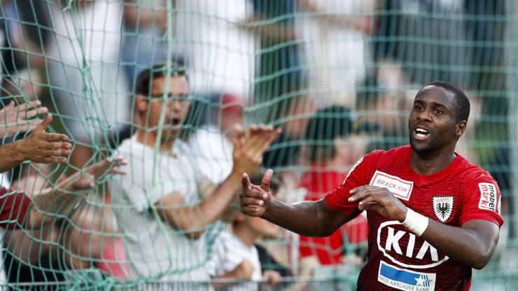 Léo Itaperuna freut sich mit den Fans über seinen späten Ausgleich.