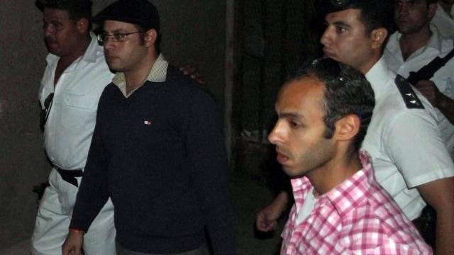 Ahmed Maher wird von der Polizei abgeführt