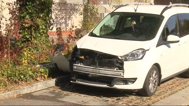 Rentner rammt Fahrzeuge