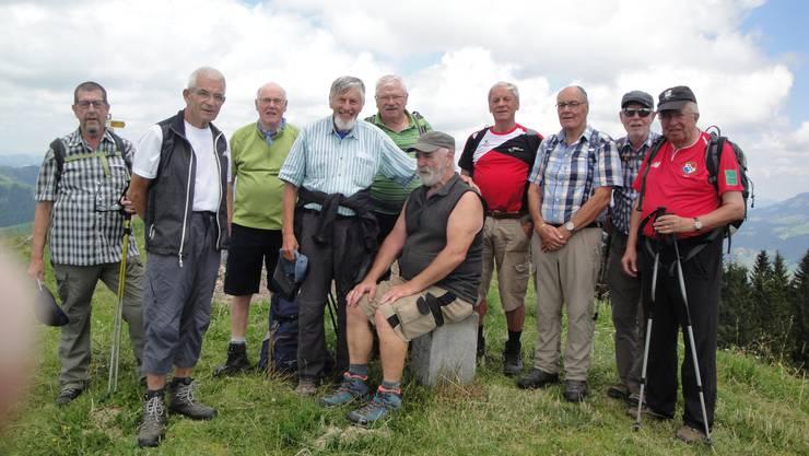 Die Wandergruppe auf dem Wachthubel bei einem der vielen Grenzsteine.