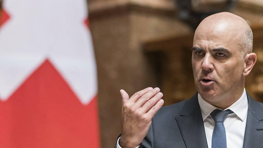 Bundesrat Alain Berset ruft den Nationalrat vergeblich dazu auf, die Gelder für Kinder von IV-Rentnern nicht zu kürzen.