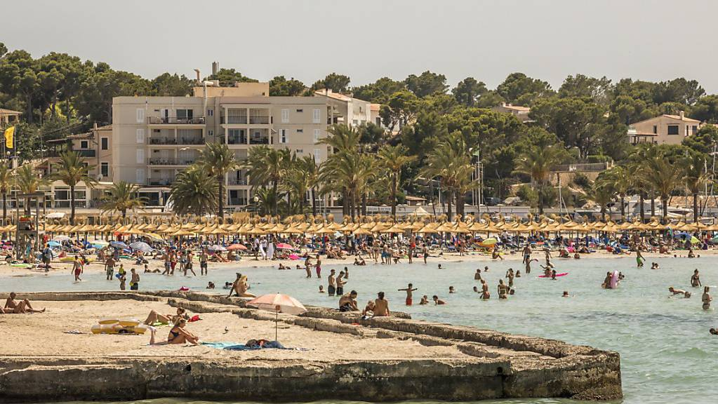 Badegäste genießen das gute Wetter am Strand von Arenal auf Mallorca. Aufgrund steigender Zahlen an Neuinfektionen wurde Spanien zum Corona-Hochinzidenzgebiet hochgestuft. Foto: John-Patrick Morarescu/ZUMA Press Wire/dpa