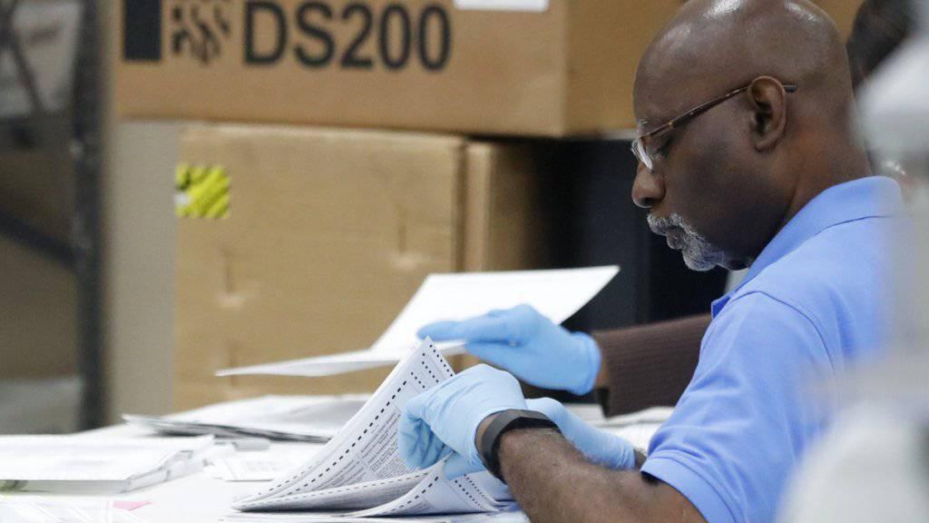 Überprüfung von Hand: Im Senatsrennen in Florida müssen Stimmen aufwändig nachgezählt werden. (Symbolbild)