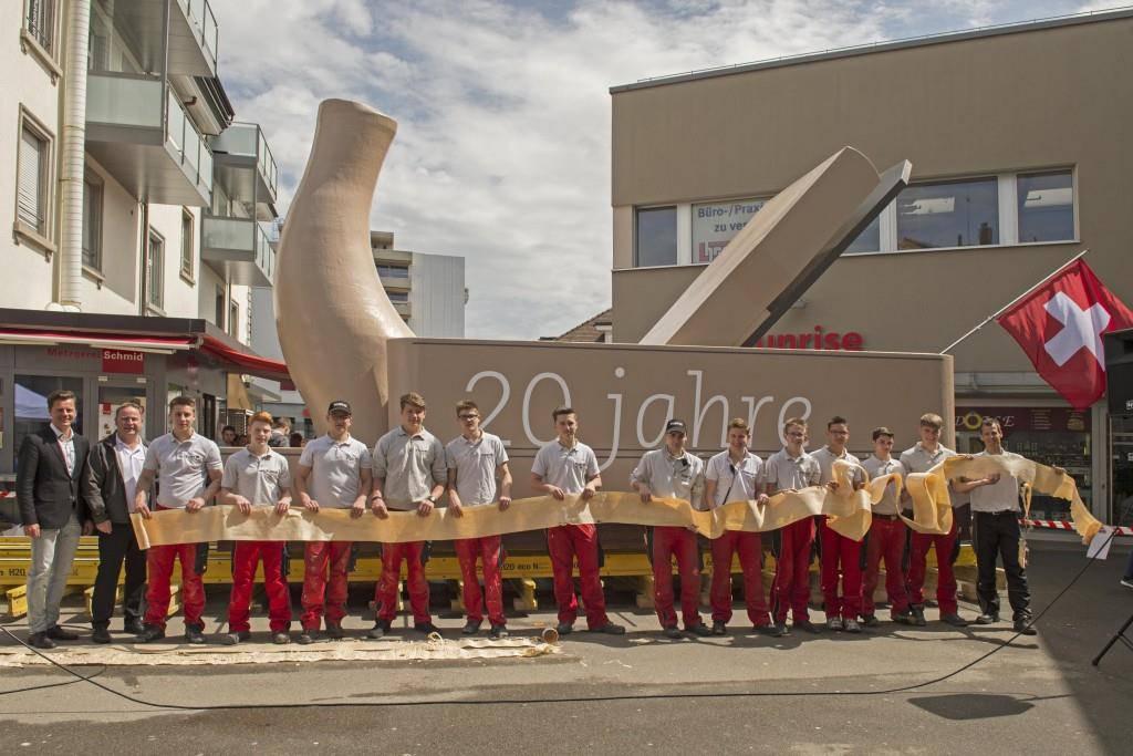 Das stolze Schreinerei-Team posiert am Samstag in Wil.