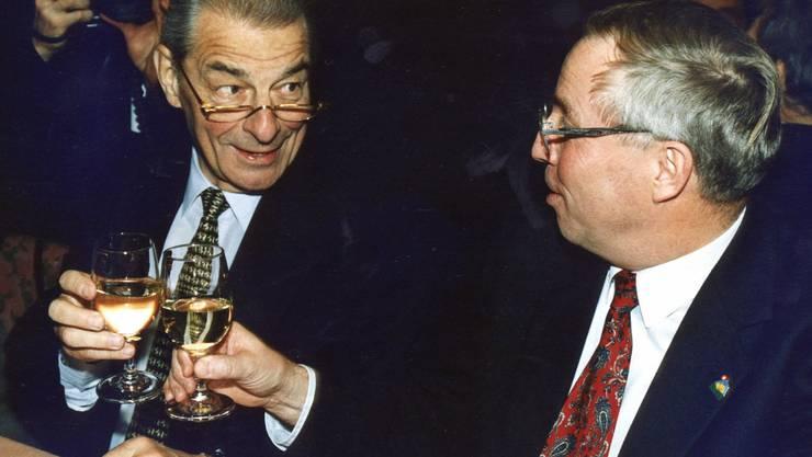 Was bewirkt Wein im Dienst der Politik? Der damalige FDP-Bundesrat Jean-Pascal Delamuraz (l.) stösst 1996 an der Albisgüetli-Tagung mit SVP-Politiker Christoph Blocher an.