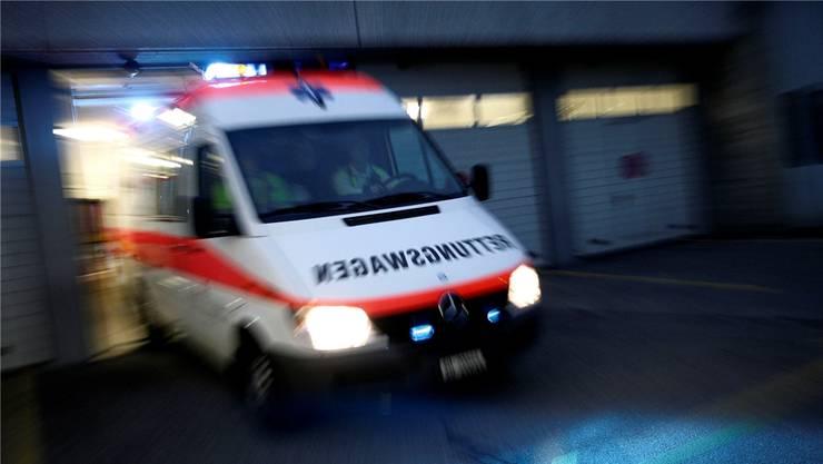Der 32-Jährige musste ins Spital gebracht werden. Symbolbild/Archiv