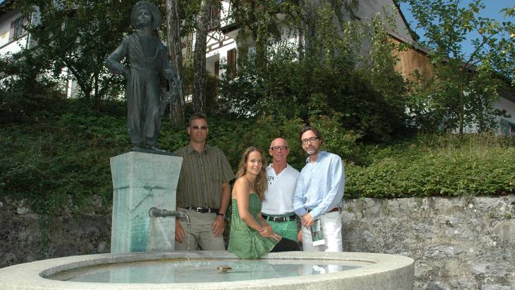 Voller Vorfreude: Lukas Baumgartner, Daria Zappa, Felix Vögele und Massimiliano Matesic (von links) beim Hermann-Suter-Brunnen. mhu