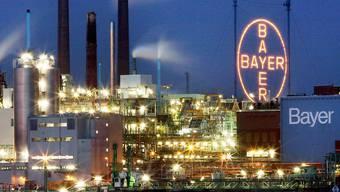 Ein grosser Coup: Bayer übernimmt den US-Saatgutriesen Monsanto. Im Bild die Fabrik in Leverkusen bei Nacht.