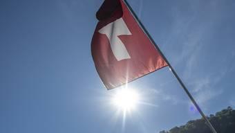 Eine Hitzewelle erfasst in den kommenden Tagen die Schweiz. Für einzelne Regionen hat der Bund die Warnstufe mittlerweile noch erhöht. (Archivbild)
