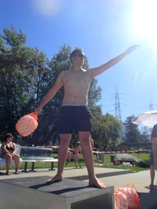 Thomas Brunner zielt mit dem Rettungsball bei strahlendem Sonnenschein!