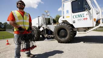 Ein Techniker führt im Rahmen des Genfer Geothermie-Projekts einen Lastwagen vor, der Schallwellen in den Boden schickt (Archiv)