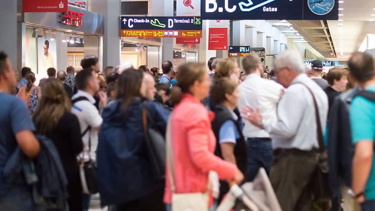 Warten am Flughafen Köln-Bonn. Ein Flugpassagier in Eile umging die Sicherheitskontrollen. Wegen des Zwischenfalls kam es zu Flugverspätungen.