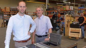 Tiba-Geschäftsführer Lukas Bühler und sein Stellvertreter Peter Brogli sind stolz auf den Publikumspreis, den sie bei den IWB KMU-Awards gewonnen haben.