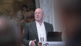 Die SRG solle sich namentlich im Online-Geschäft selbst beschränken, fordern die Verleger. Generaldirektor de Weck fordert hingegen verstärkte Kooperation zwischen der SRG und den privaten Medien.
