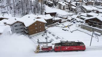 Die Matterhorn Gotthard Bahn stellte den Betrieb nach Zermatt am frühen Freitag erneut ein. (Archivbild)