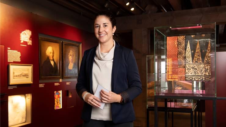 Projektassistentin Martina Badertscher ist Expertin und Bewunderin der Indienne-Stoffe im Museum Burghalde. Bild: Alex Spichale