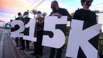 215'000 US-Amerikaner haben im Zuge der Coronakrise bisher ihr Leben verloren. Eine Gruppe protestierte am Sonntag in Miami, Florida, gegen die Politik von Präsident Trump.