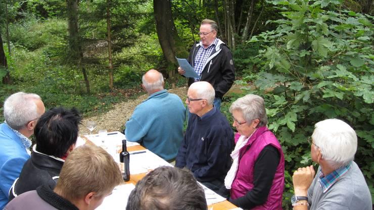 Der Grillplatz Jakobsbrünneli in neuem Glanz: Hans-Ulrich Werthmüller von der Seniorengruppe des Vereins der Tier- und Naturfreunde Erlinsbach begrüsst die Einweihungsgäste.