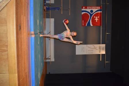 Lin turnt neben dem Art of GeTu ryhtm. Sportgymnastik