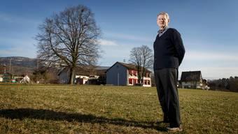 Ernst Würsch auf dem Gelände südlich vom Schulhaus in Flumenthal: Hier hätte er das Projekt Wohnen im Alter realisieren wollen.