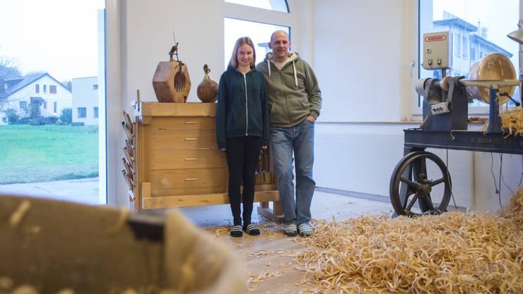 «So wohl wie hier haben wir uns nirgends gefühlt!» Künstler Thomas Lüscher mit Tochter Nelly in der Werkstatt, die einst eine Kirche war.