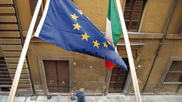 Die EU-Fahne und die italienische Fahne wehen in Turin (Archiv)
