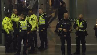 Polizisten am Mittwochabend im Einsatz am Amsterdamer Flughafen Schiphol.