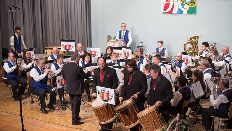Die Musikgesellschaft Etziken mit den Tambouren beim Wettsteinmarsch.